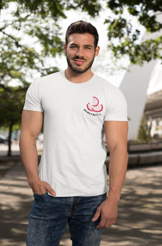 modele-homme-grand-muscle-barbu-sourire-tshirt-fruit-blanc-fruit-du-dragon-ohmyfruits-parc-nature-arbre-feuilles-jean