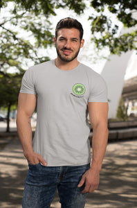 modele-homme-grand-muscle-barbu-sourire-tshirt-fruit-gris-kiwi-ohmyfruits-parc-nature-arbre-feuilles-jean