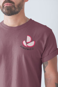 modele-homme-barbu-tshirt-fruit-bordeaux-fruit-du-dragon-ohmyfruits-tatouage