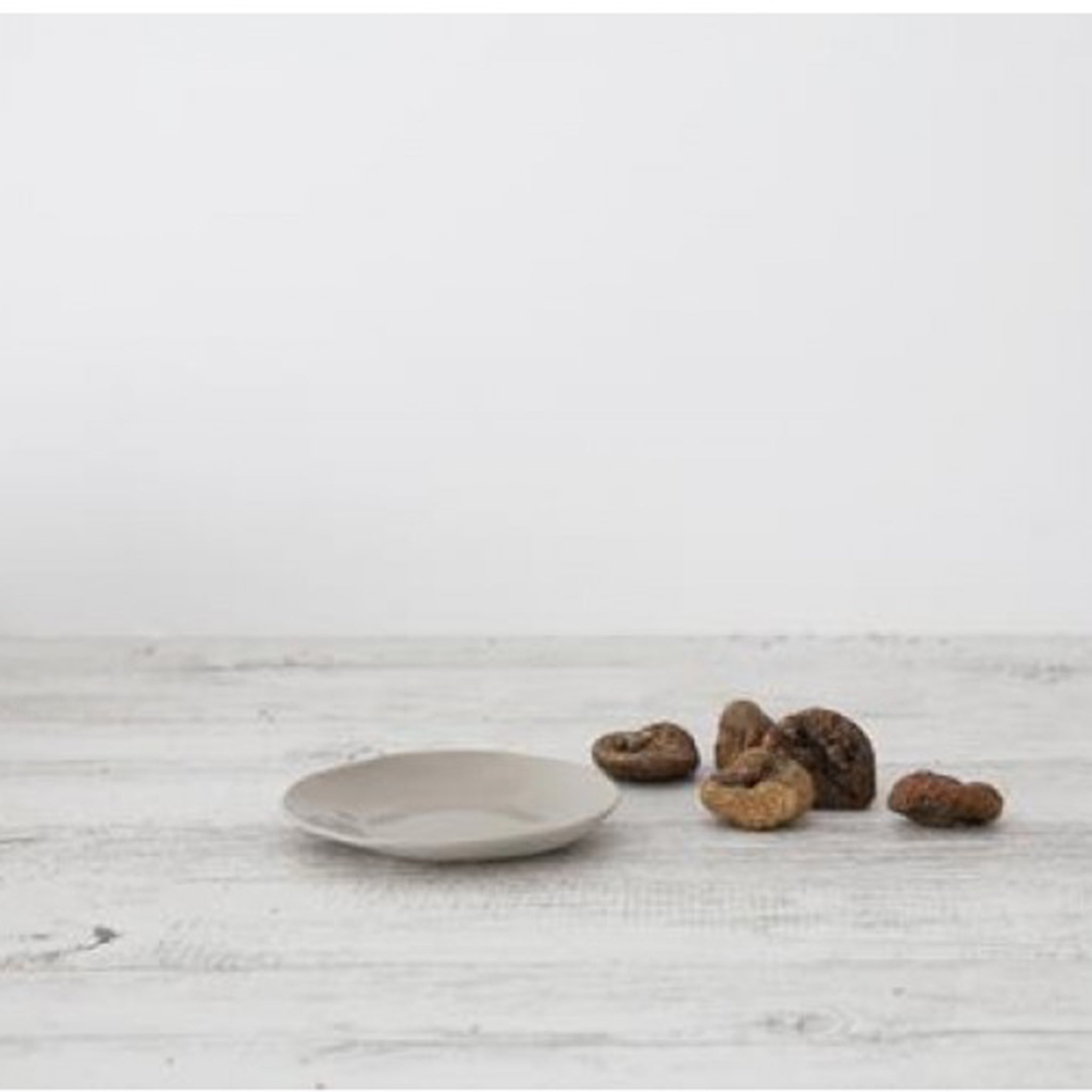A gorgeous little side plate available in 2 sizes, serve a few little cookies or chocolates or some cheese. This organic Shape fits perfectly in your modern home.