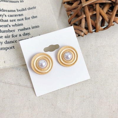Gold pearl stud earring with corcle and tear shaped vintage