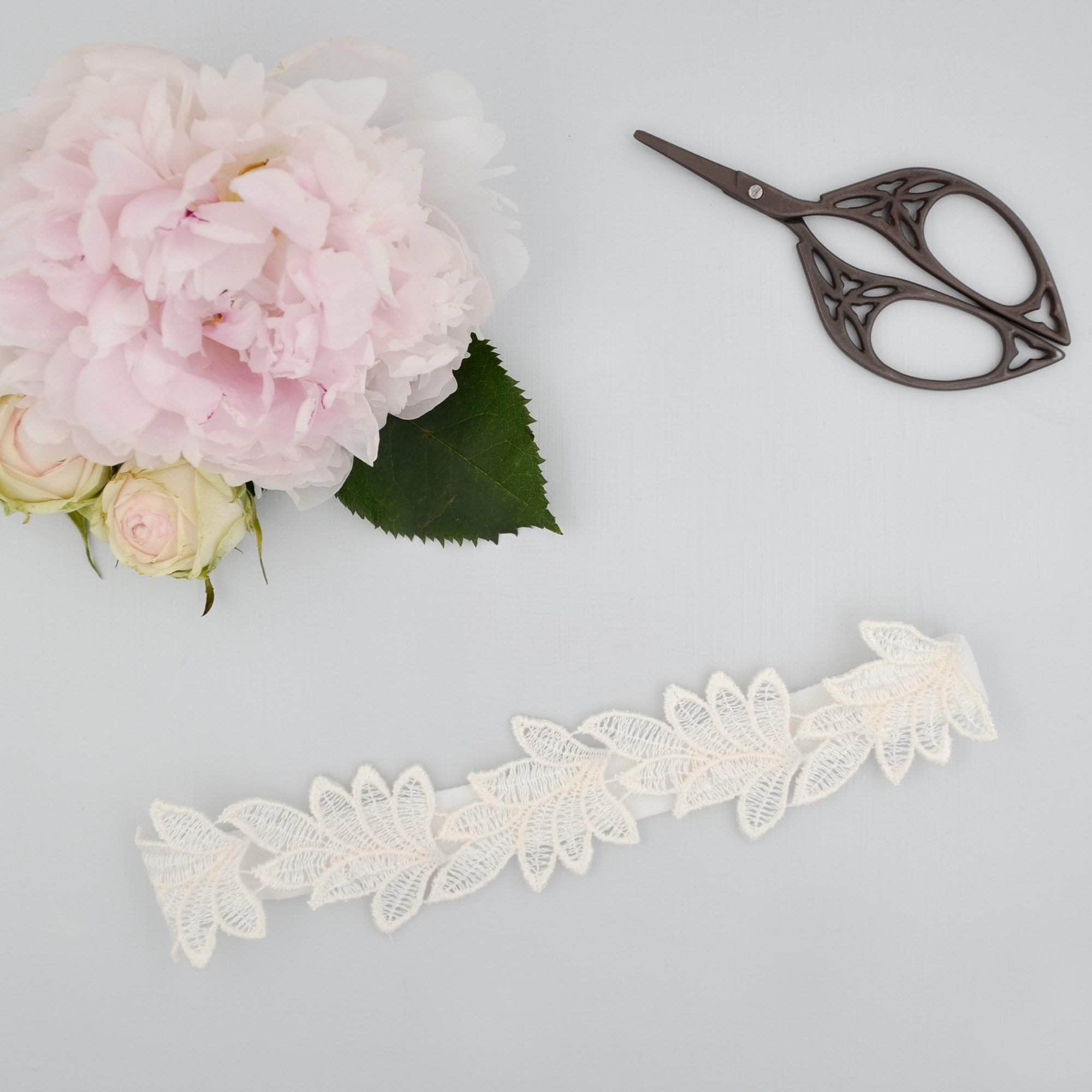 sleek leaf lace wedding garter