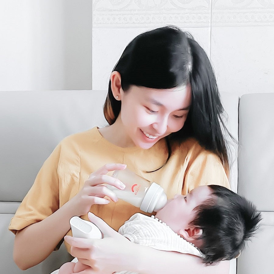 Feeding infant with Evorie Tritan 160ml Baby Milk Bottle