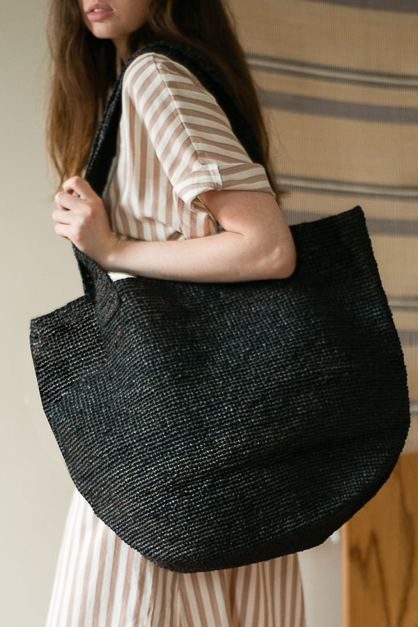 COLORANT RAFFIA TOTE | BLACK MUD