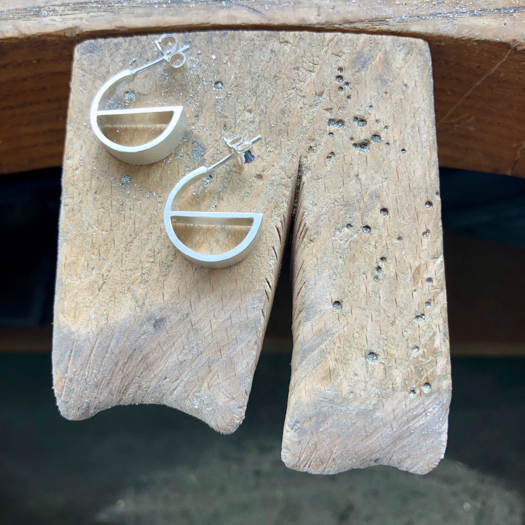 Silver Hoop Tapered 'e' Earrings