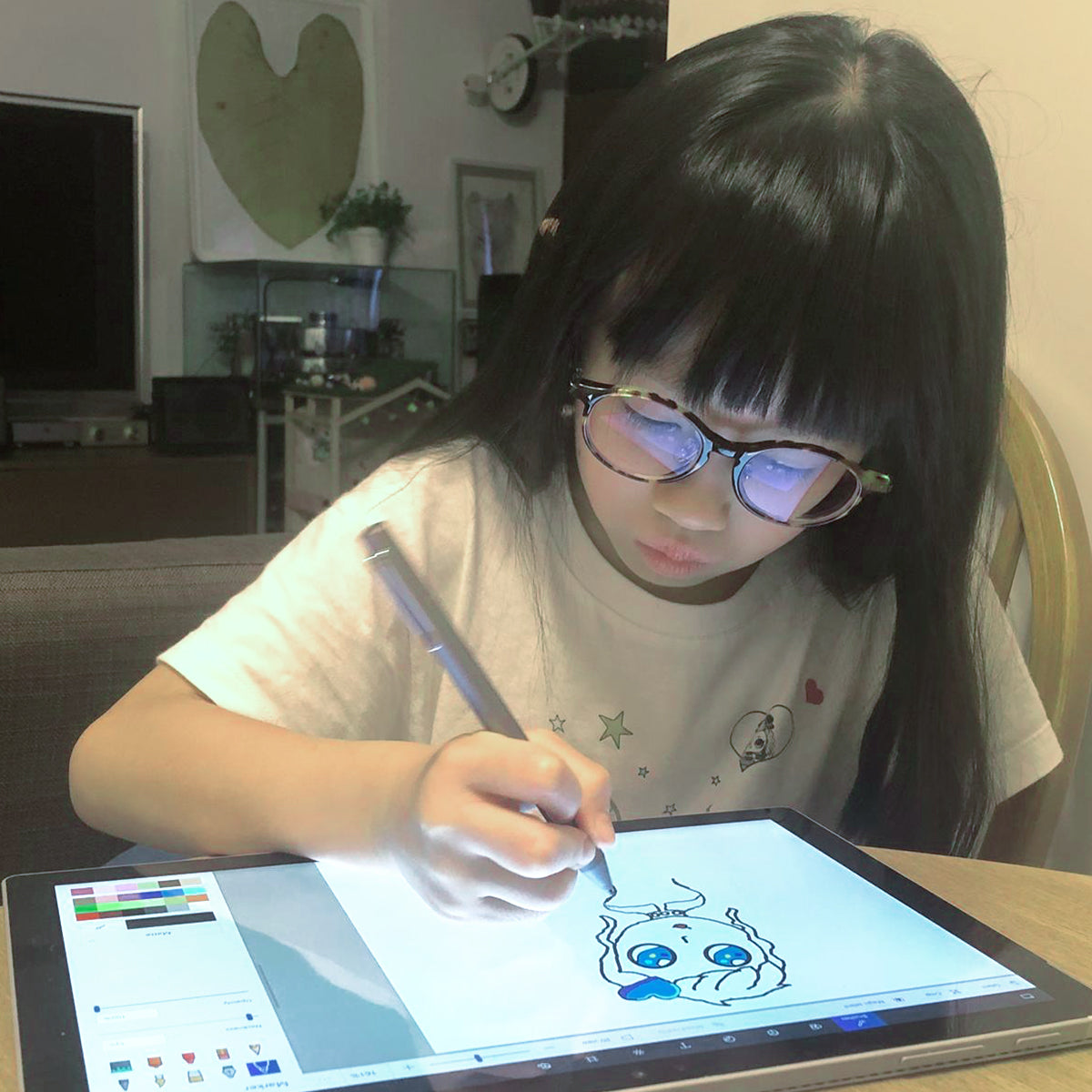 Elise Pui drawing on tablet