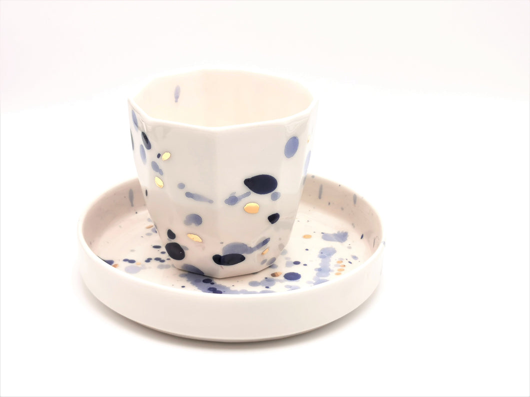 Geschenkset: Single Cup & Cake Plate with Blue and Golden Details - O I A  ceramics