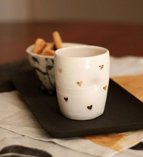Laden Sie das Bild in den Galerie-Viewer, 2er-Set Cappuccino Lovers Hearth Cups, 2.5 dl in Pure White with golden Hearth Details - O I A  ceramics