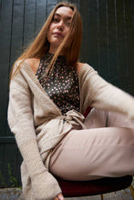 Cargar imagen en el visor de la galería, Long cardigan with high rib and tieband, colour Hazel