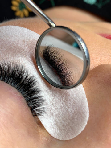 "<img alt =""easy fanning lashes .jpg"" alt=""closeup on easy fanning lashes"">"