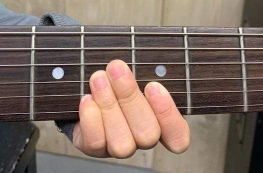What Guitar Specs to Look for When You Have Small Hands