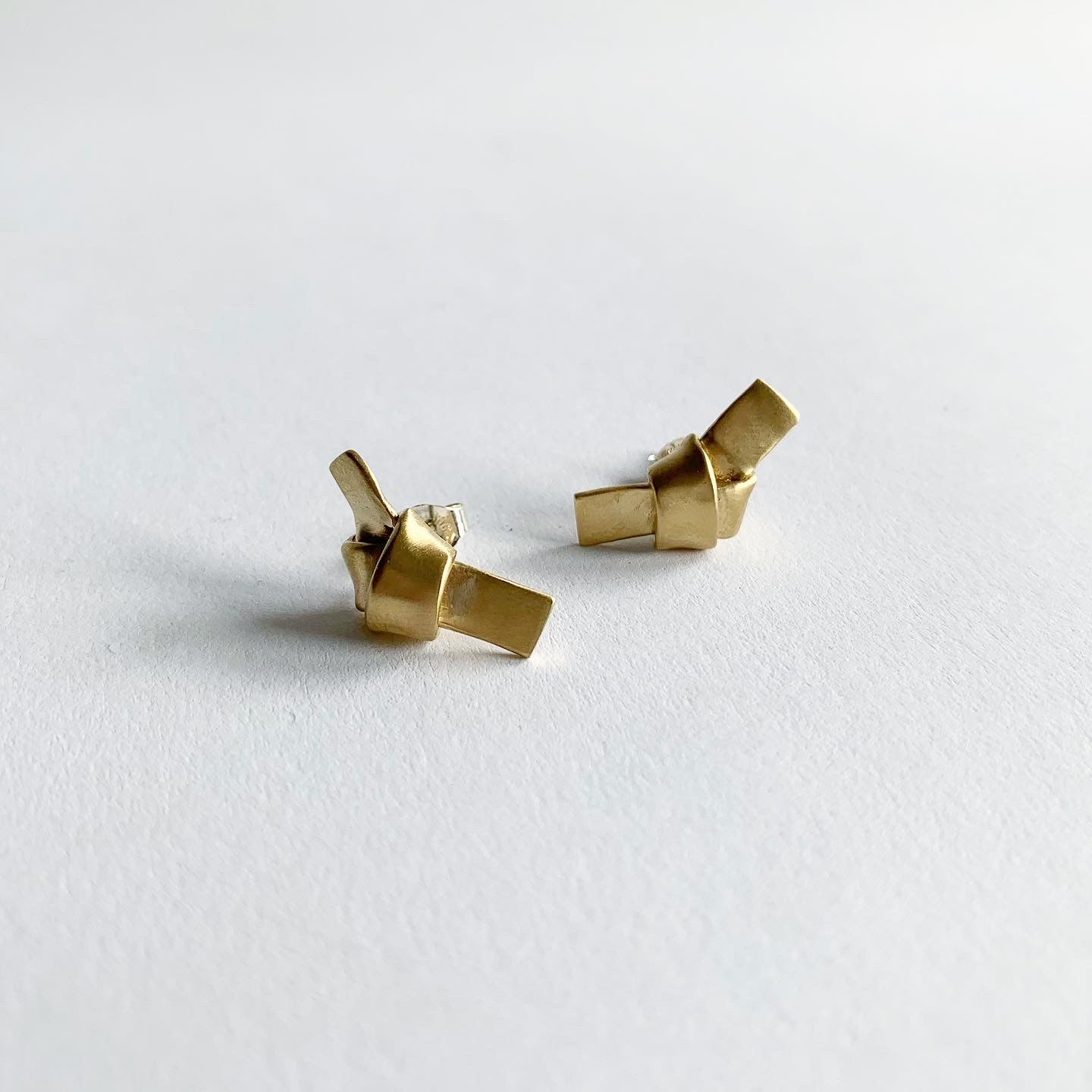 8.6.4. Designs Tiny Knotted Brass Studs