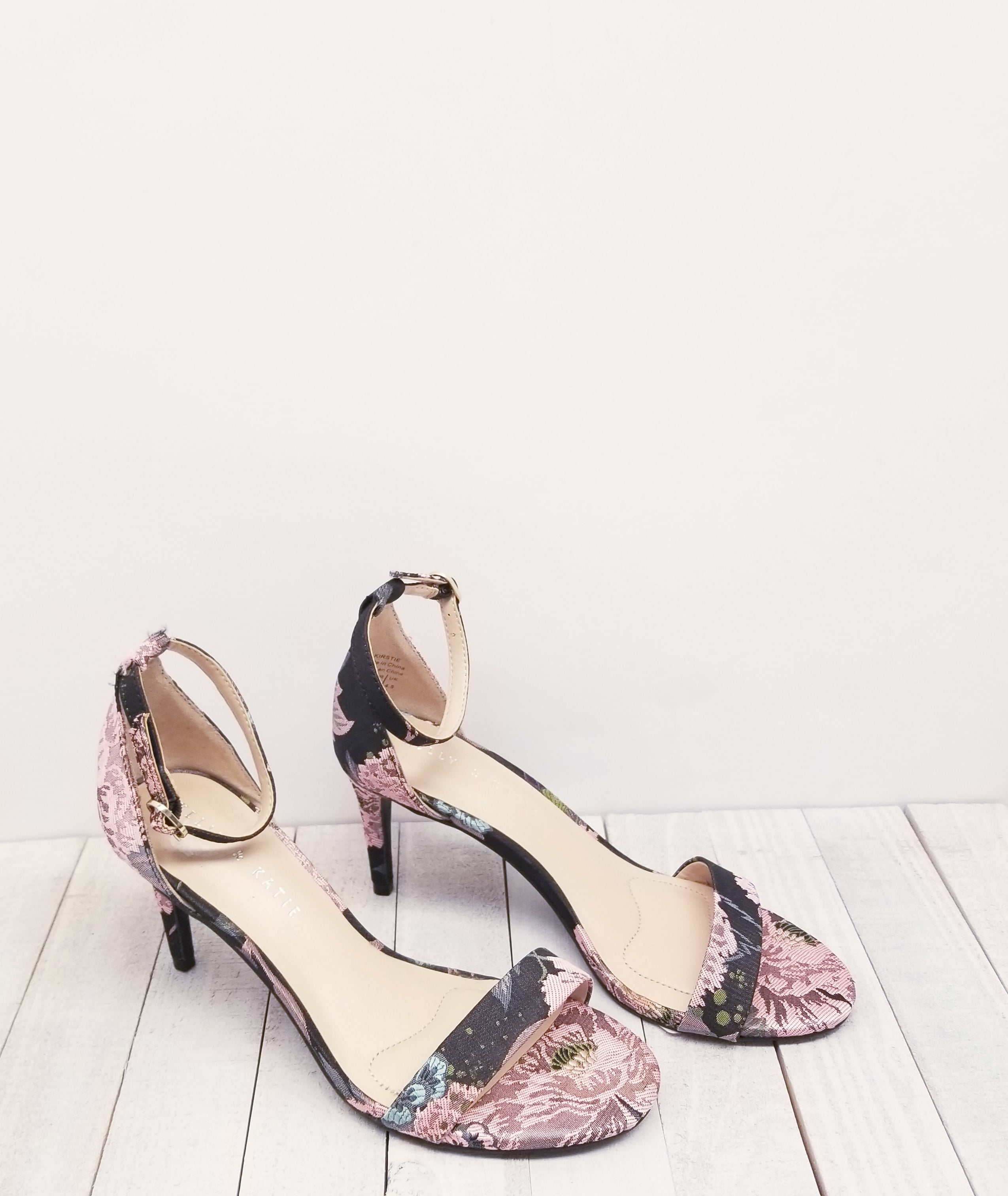 Primary Photo - BRAND: KELLY AND KATIE<BR>STYLE: SANDALS LOW<BR>COLOR: FLOWERED<BR>SIZE: 7<BR>SKU: 205-205299-6740