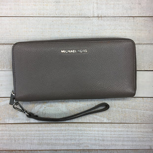 Primary Photo - BRAND: MICHAEL KORS STYLE: HANDBAG DESIGNER COLOR: GREY SIZE: LARGE OTHER INFO: WALLET WITH WRISTLET STRAP - DESIGNER SKU: 205-205250-78436