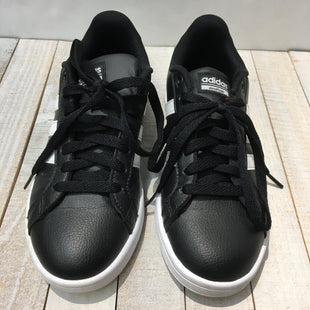 Primary Photo - BRAND: ADIDAS STYLE: SHOES ATHLETIC COLOR: BLACK WHITE SIZE: 6 SKU: 205-205250-77985