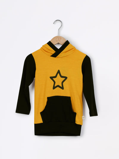 mokopuna merino sweatshirt with hood, pockets and long sleeves in size 4_butterscotch star