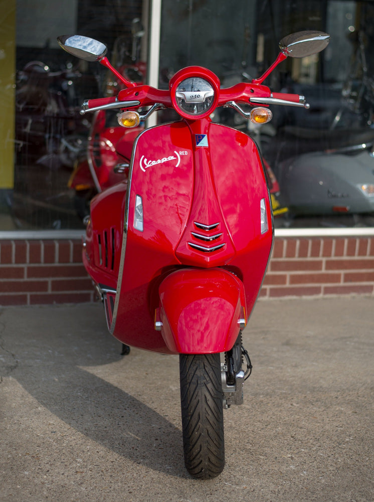 Vespa 946 Red Front Angle