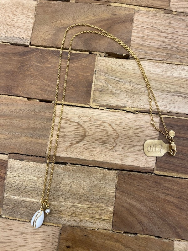 Astrid & Miyu Shell Pendant Necklace in Gold