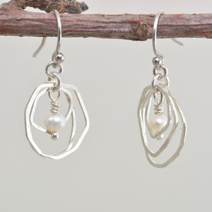 Dangle earrings with cultured pearls in sterling silver. (E643)