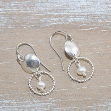 Load image into Gallery viewer, Dangle earrings in sterling silver with cultured pearls. (E651)