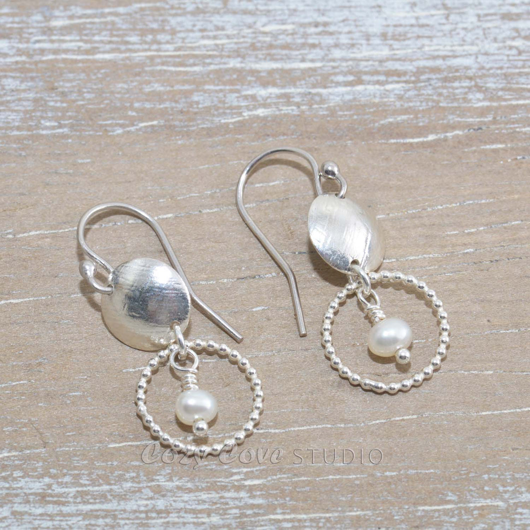Dangle earrings in sterling silver with cultured pearls. (E651)