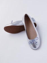 Load image into Gallery viewer, Girl's silver scallop ballet flats