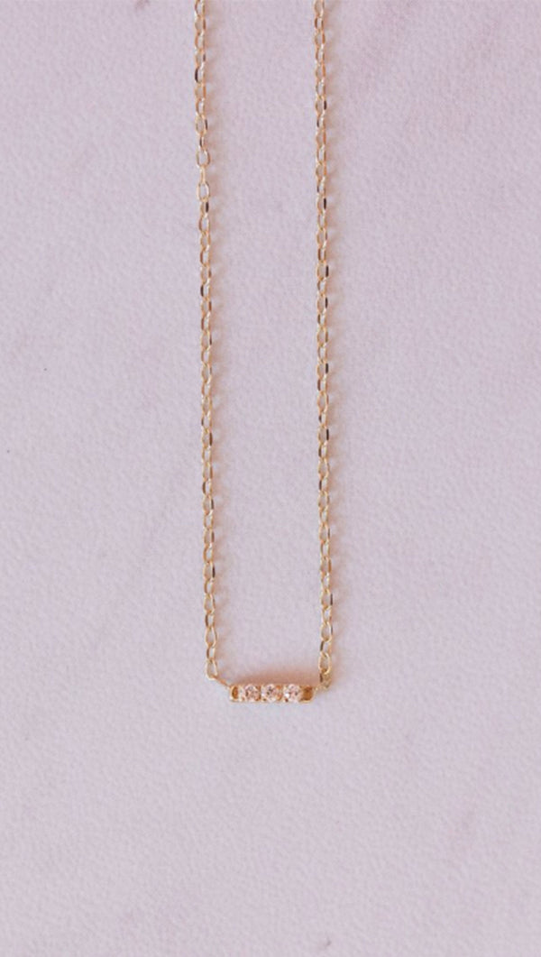 Gjenmi 16 in Gold Necklace with White Diamonds