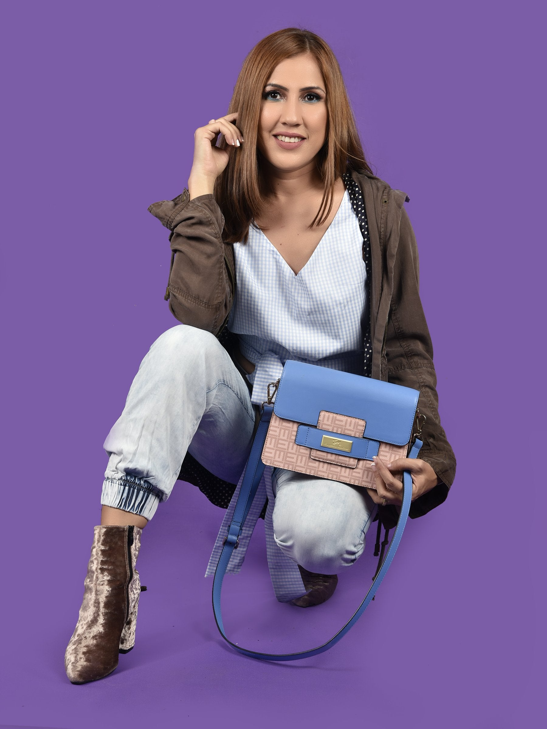 a must have leather handbag.  crossbody bag for women. Designer leather bag in blue.  Bolsos de piel para damas.