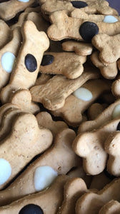 A 5 special bone shaped treats with carob buttons. Dogs love this treat with peanut butter and honey !  Ingredients: Wholemeal and plain flour, free-range eggs, Australian peanut butter, leatherwood honey.