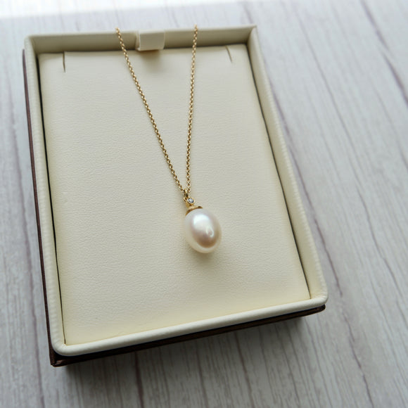 18K YELLOW GOLD 0.10 CTW DIAMOND AND PEARL DROP PENDANT - PERSONA JEWELRY