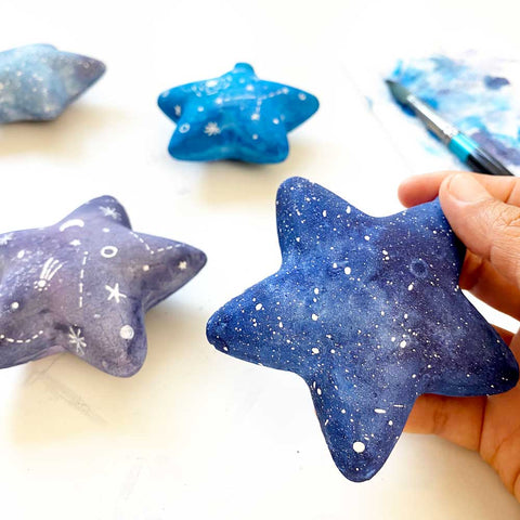 Painting star glass baubles with watercolor, galaxy texture. DIY Watercolor Christmas, Ingrid Sanchez | CreativeIngrid.