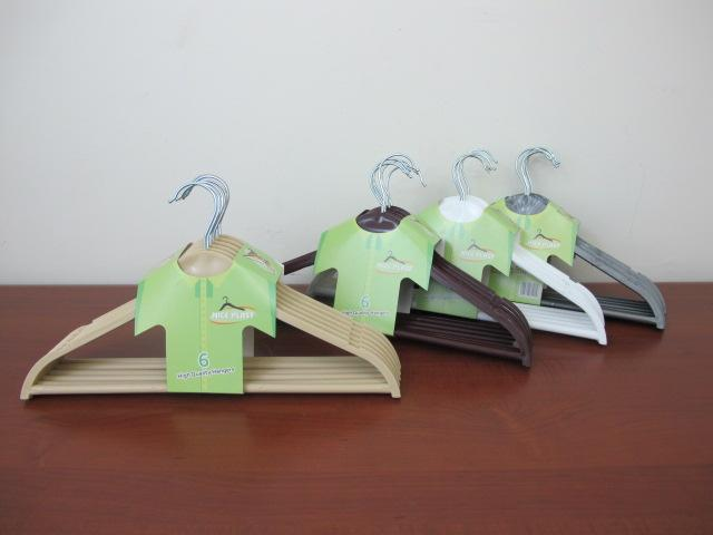 Wood-Look Plastic Clothes Hangers X6