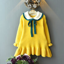 Cargar imagen en el visor de la galería, Soft knit Peter pan collared dress with emerald green ribbon.