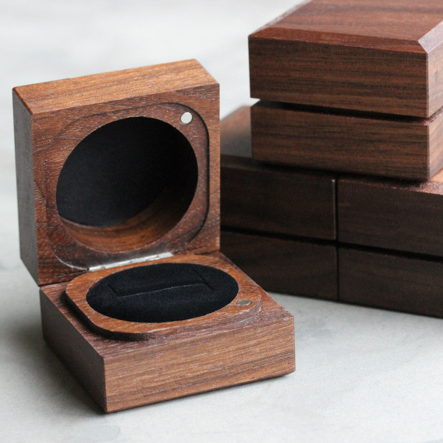 Handmade & Sustainable Walnut Ring Boxes, ring box - Aide-mémoire Jewelry
