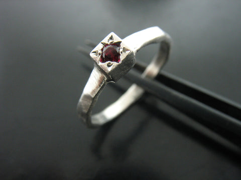 BIRTH STONE CUBE RING- GARNET - JANUARY