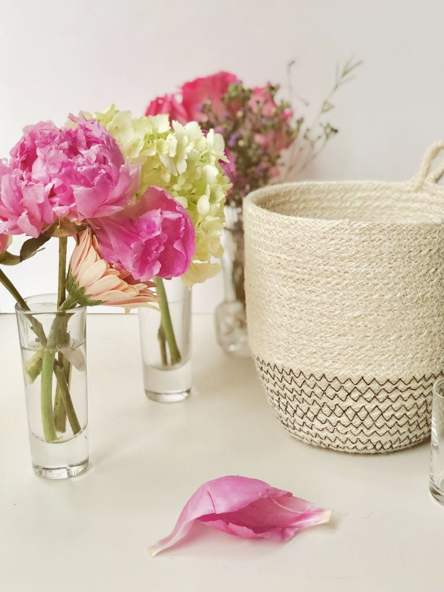 BASKET WITH FLOWERS IN GLASS