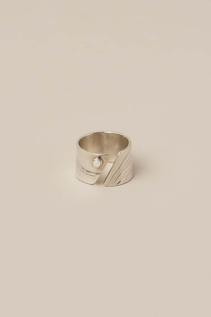 Diagonal cut out ring