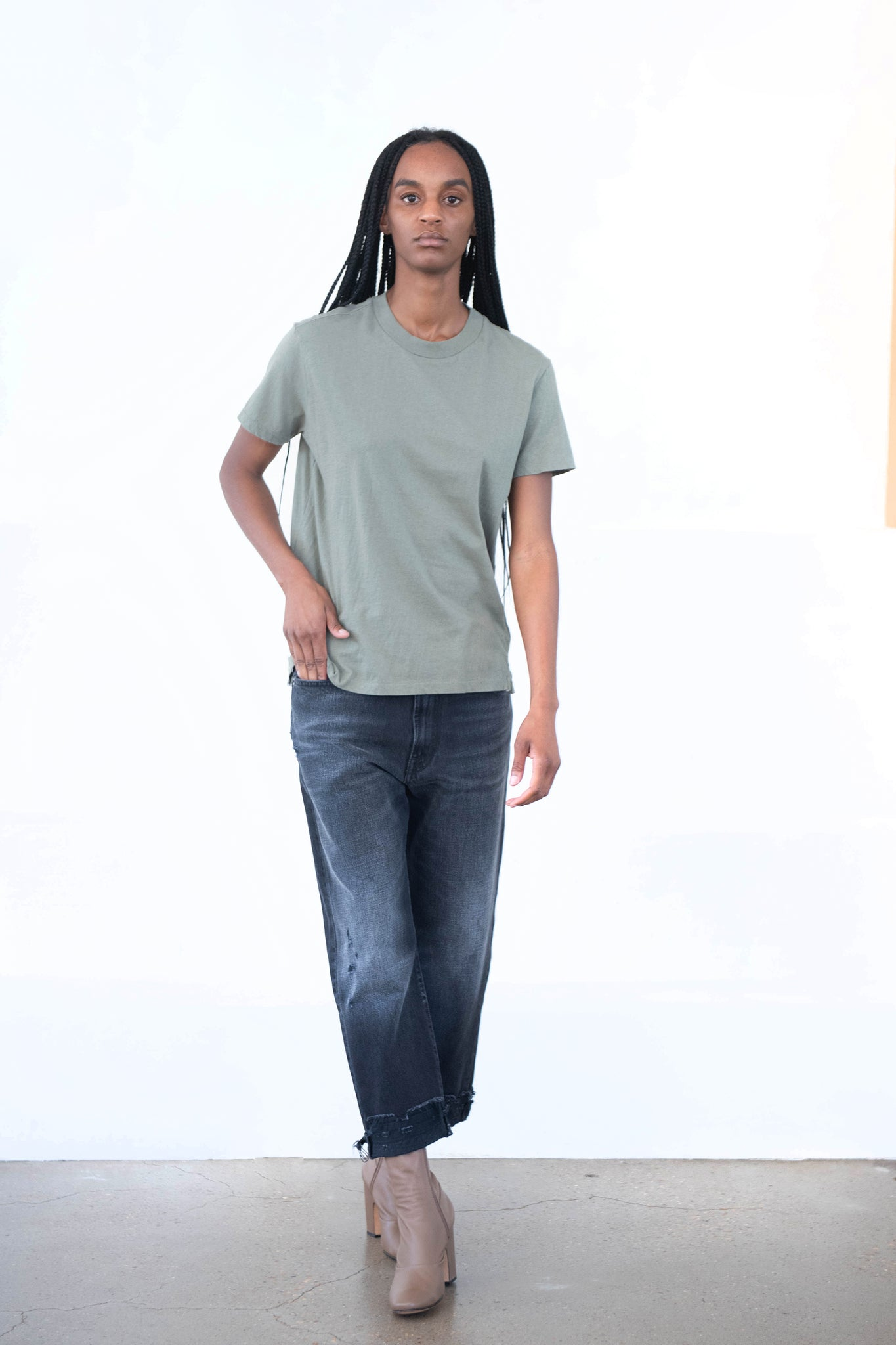 BASSIKE - slim fit classic tee, army