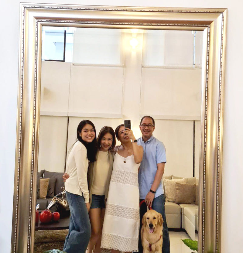 02-Young_Filipino_woman_taking_a_family_photo_in_front_of_a_mirror