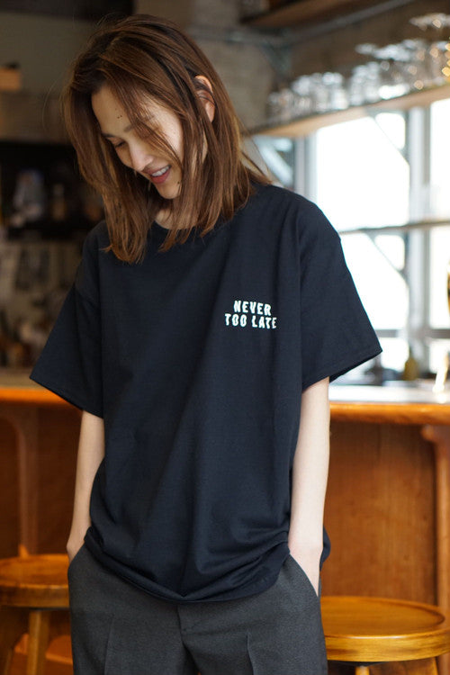 "Kentaro Yoshida Tシャツ ""Never too late"" BLACK"
