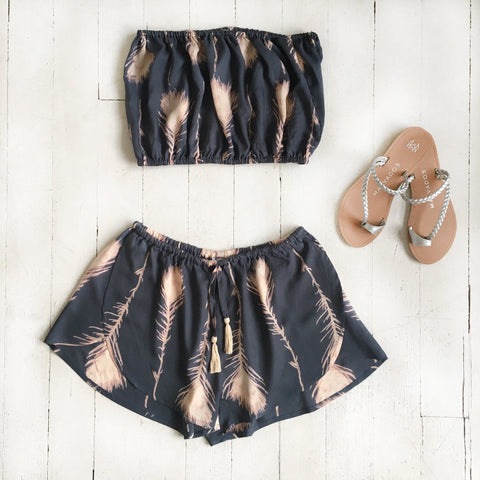 Flat Lay Plume Freesoul Tube Top + Briza Shorts + Malvados Sandals