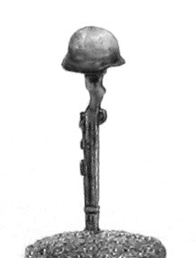 (100WWT031) German infantry helmet on rifle