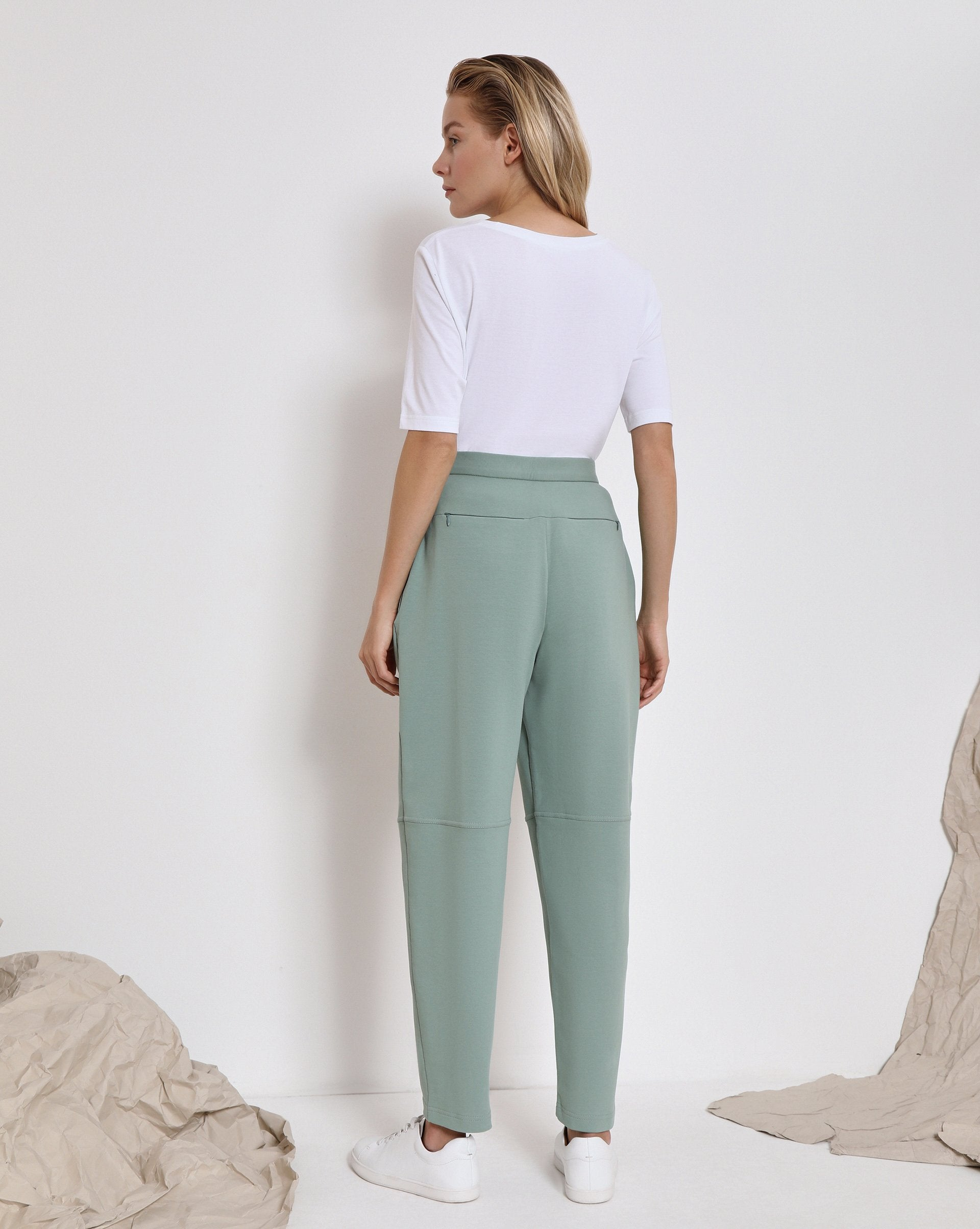 Sports trousers with pockets