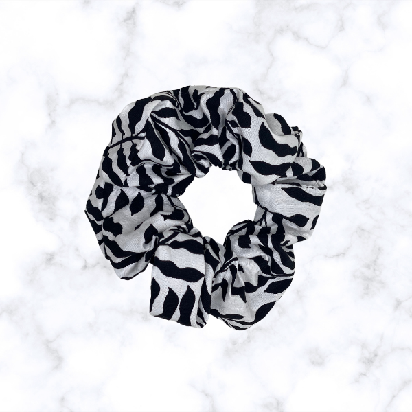 STRIPE YOUR WAY SCRUNCHIE-Le Musthave