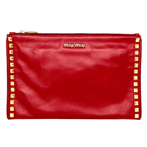 Miu Miu pochette in pelle color fuoco con borchie