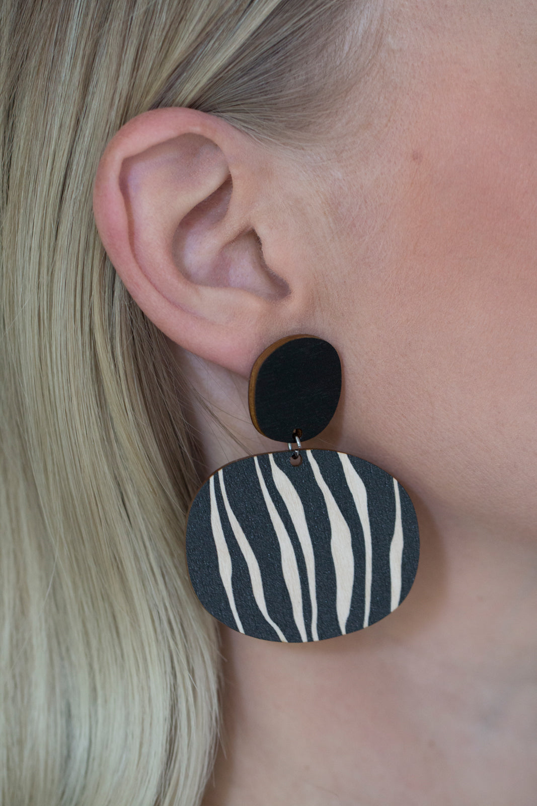 Kivi earrings in use, black and white
