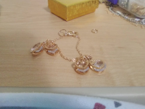 Charm anklet gold colored.