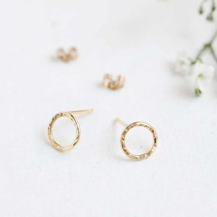 9ct Gold Hammered Small Circle Earrings - Rêve Ultime