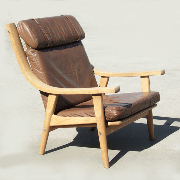 Hans Wegner lounge chair, model GE530, in oak with original leather upholstery. Designed in 1970 and made by Getama, Denmark.