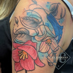 Chilean Bellflower Tattoo On The Shoulder With Many Colors And Blue Accent Splashes Tatuaje De Bellflower Chileno En El Hombro Con Muchos Colores Y Toques Azules<br>